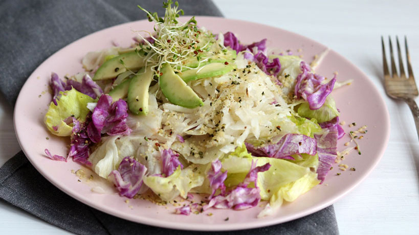 Iceberg lettuce salad with ground apple, avocado and red cabbage | Tofobo Family