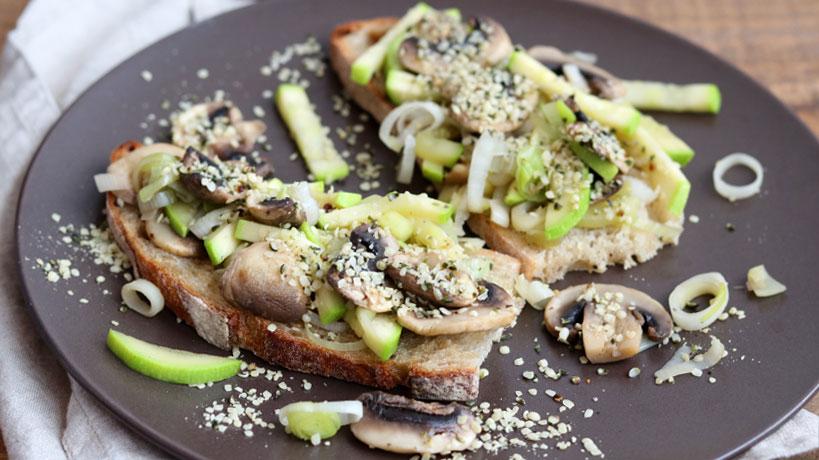 Mushroom sourdough bruschetta with zucchini, leeks and hemp seeds | Tofobo Family