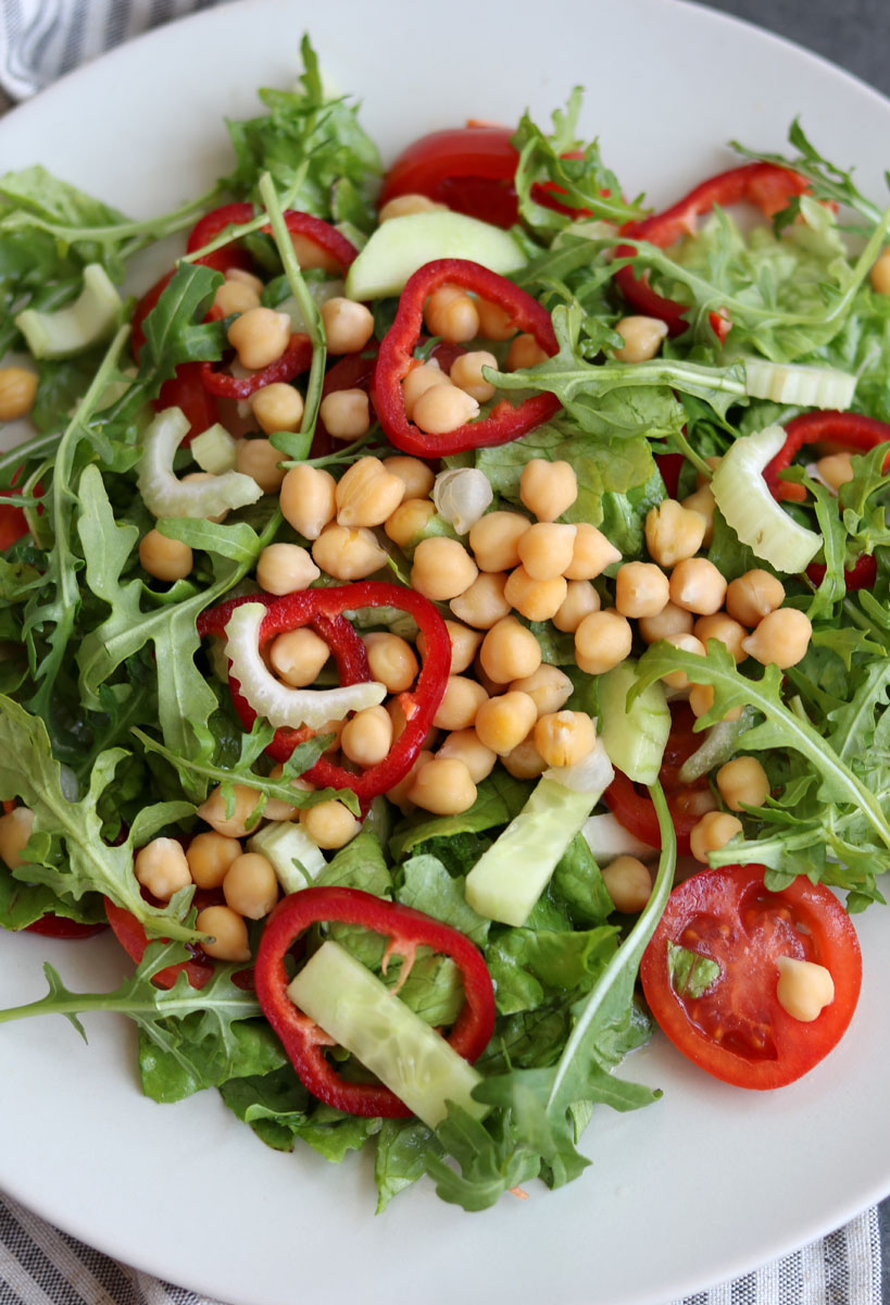 Colorful chickpea salad with spring greens | Tofobo Family